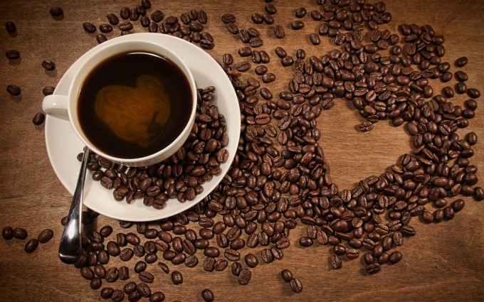 A-cup-of-coffee-coffee-beans-placed-heart-shaped-pattern_1440x900