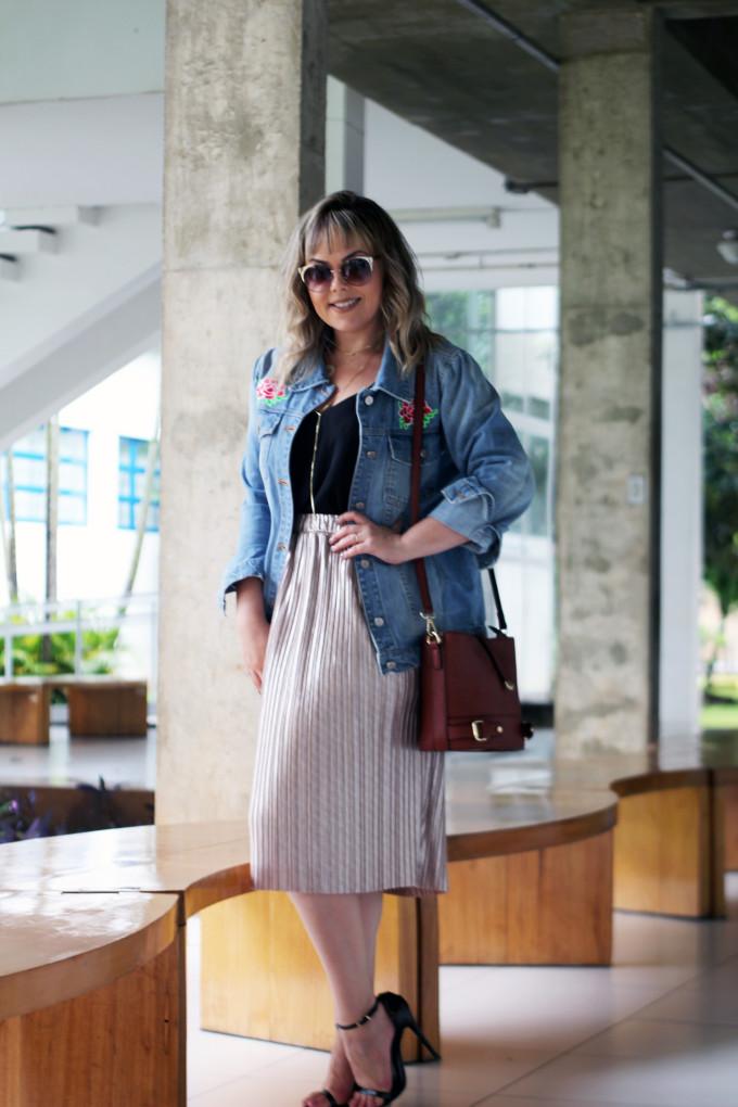 saia-plissada-e-jaqueta-jeans
