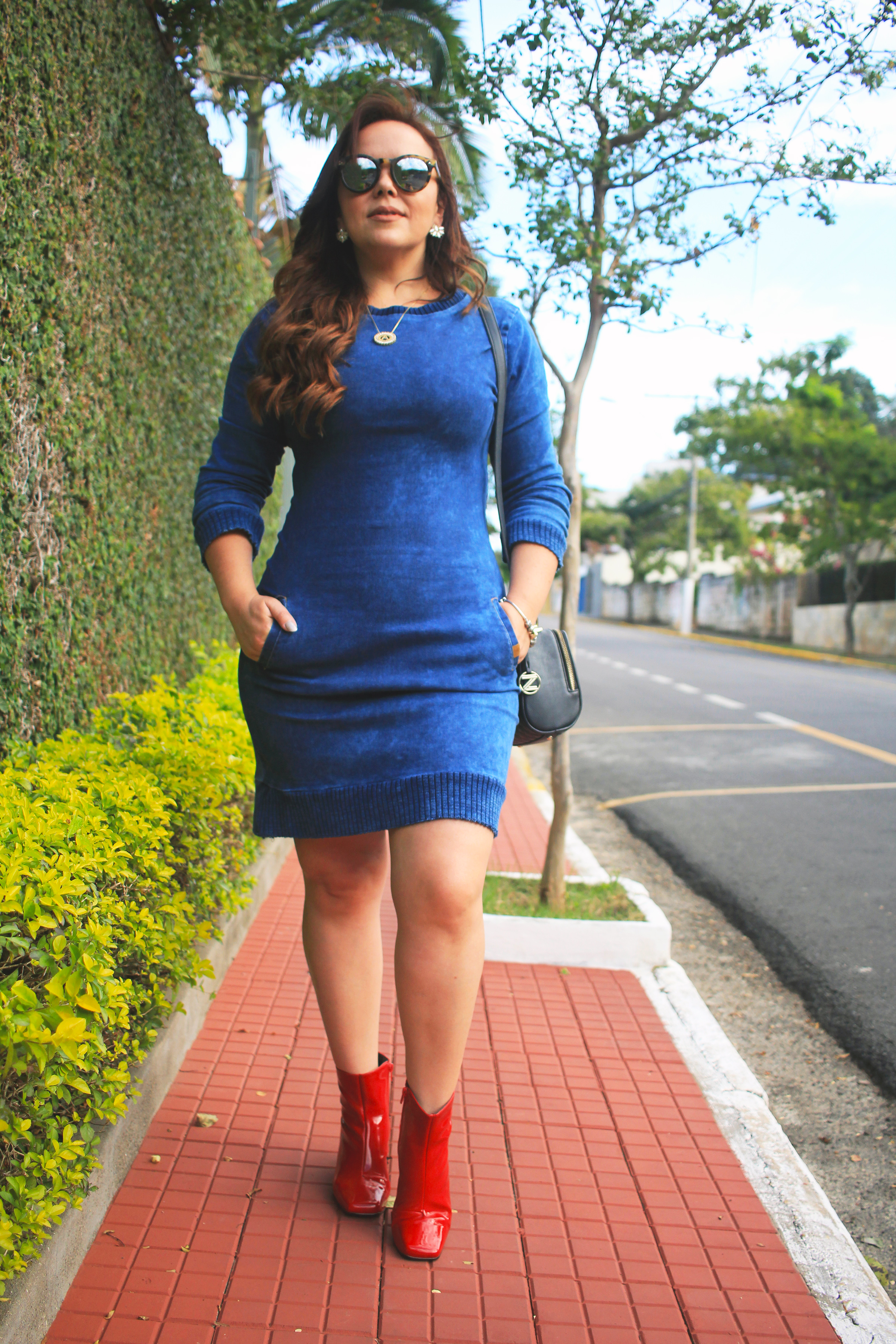 Vestido jeans com sapato vermelho